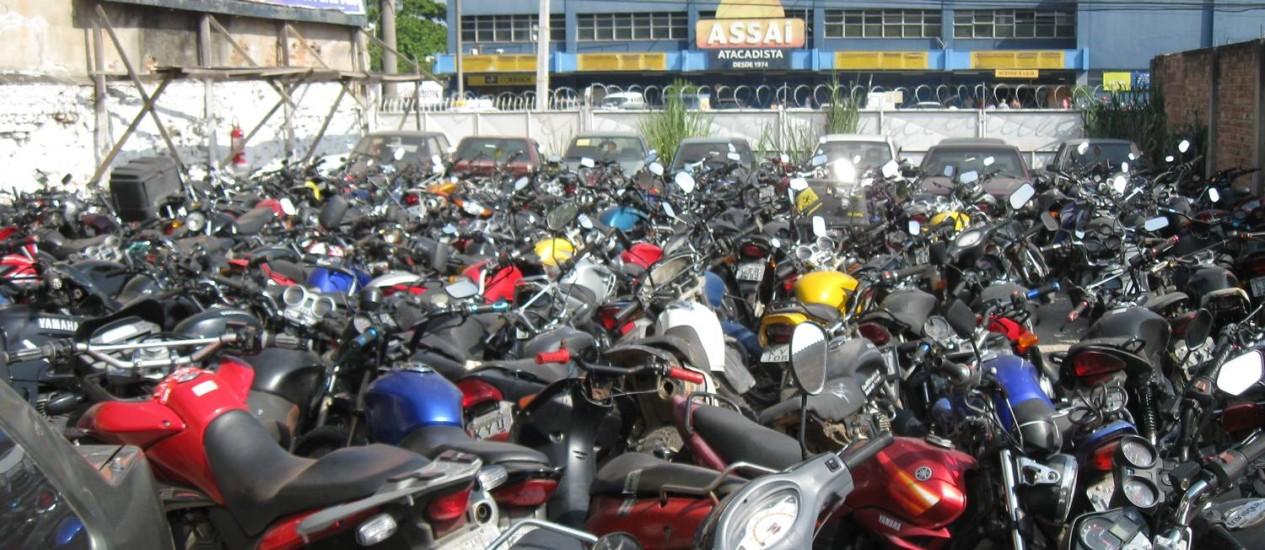 Amontoado. Motocicletas no único depósito conveniado com a prefeitura, no Barreto Foto: Marco Grillo / Agência O Globo