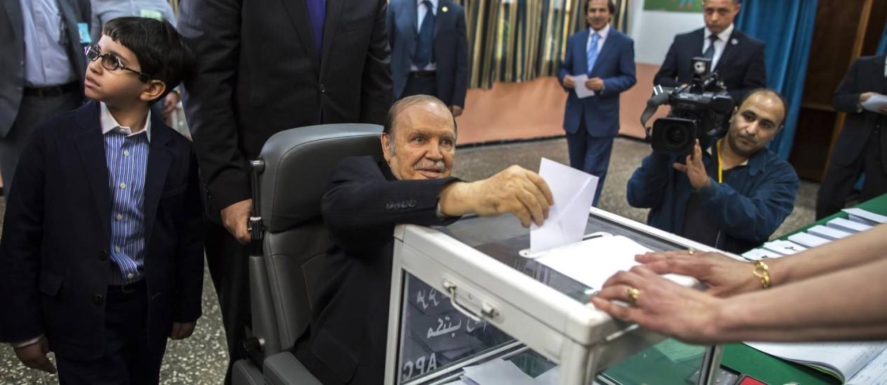 O presidente Abdelaziz Bouteflika vota de cadeiras de rodas na capital Foto: ZOHRA BENSEMRA / REUTERS