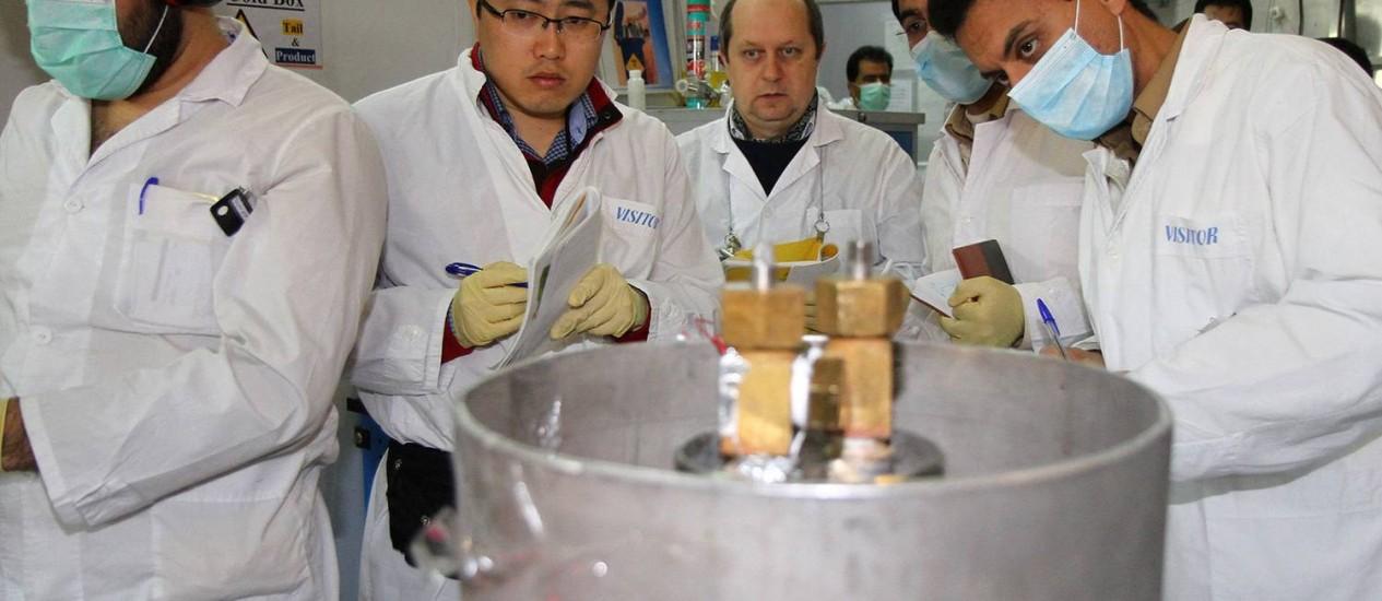 Urânio. Inspetores da Agência Internacional de Energia Atômica, no Irã. País tem cumprido acordo de redução do arsenal nuclear Foto: KAZEM GHANE / AFP