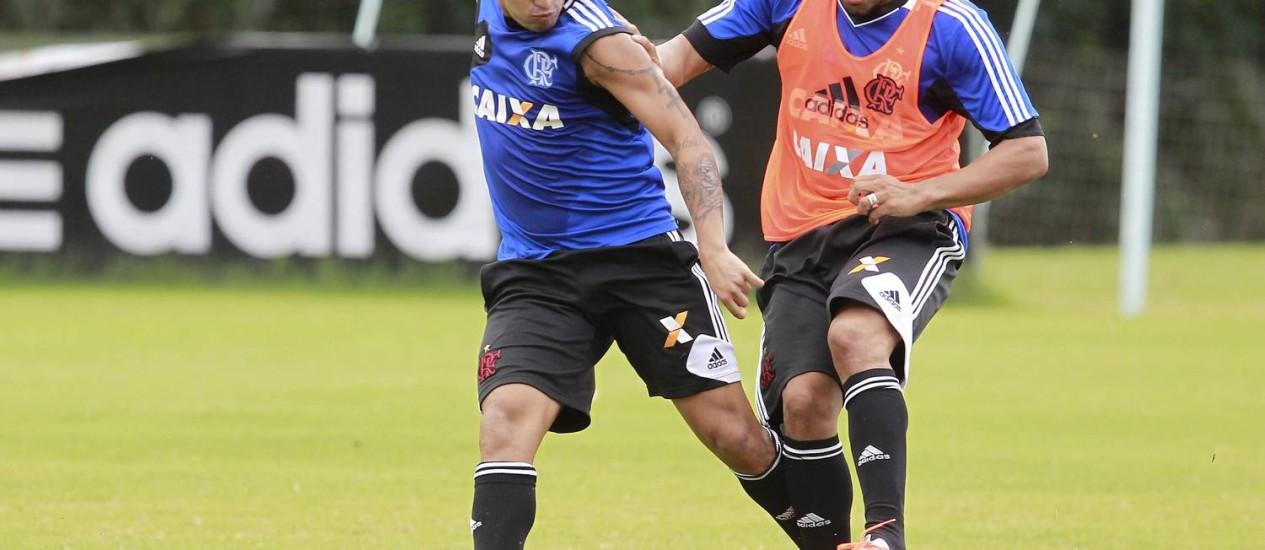 Fora. André Santos e Carlos Eduardo disputam a bola em treino. O lateral cumprirá suspensão Foto: Márcio Alves / Márcio Alves