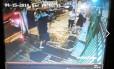 Vídeo de câmera de segurança registra roubo a mão armada a um casal na noite de terça-feira no Fonseca: imagem repercutiu na internet
