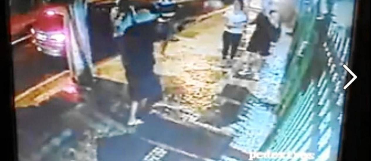 Vídeo de câmera de segurança registra roubo a mão armada a um casal na noite de terça-feira no Fonseca: imagem repercutiu na internet Foto: Reprodução da Internet