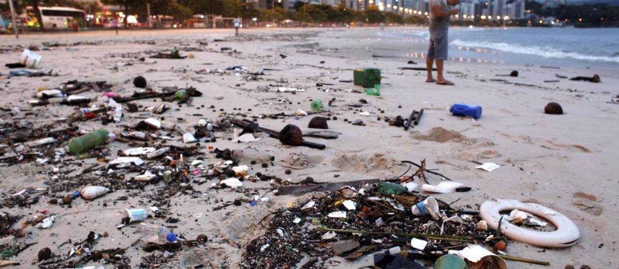 A areia da Praia de Icaraí repleta de lixo da Baía de Guanabara Foto: n / Gustavo Stephan