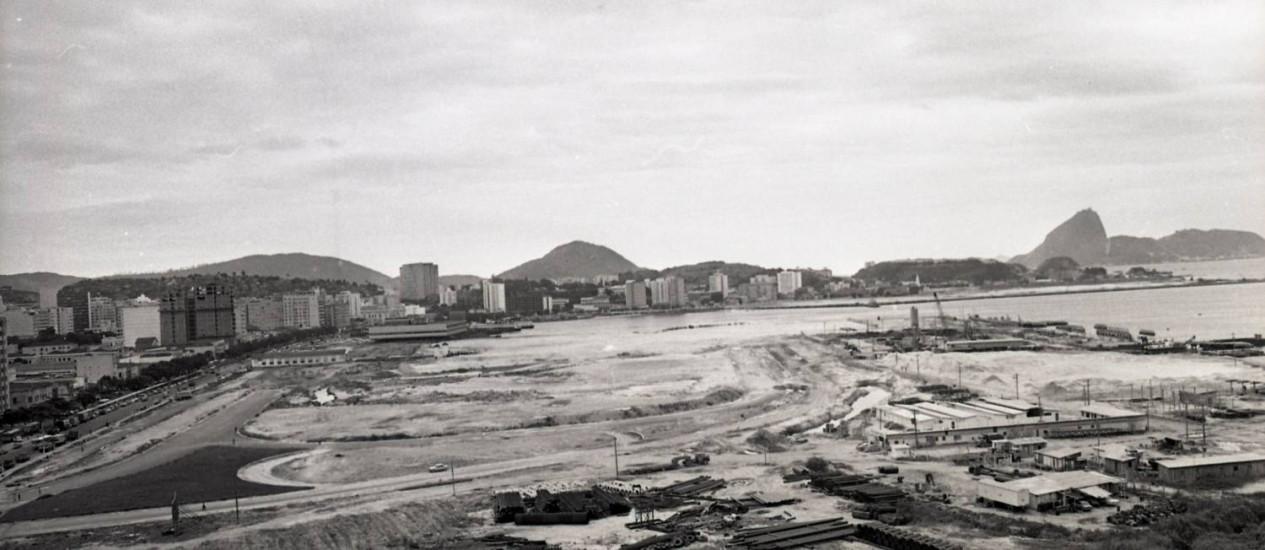 Mar de lama. O Aterro da Praia Grande em 1975: após uma paralisação das obras, a área ficou sem uso até 1977, quando o município e o governo federal assumiram terrenos Foto: Acervo O GLOBO