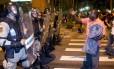 Com apoio do Batalhão de Choque, a Guarda Municipal retira da rua Afonso Cavalcanti parte do grupo de invasores da favela da Oi