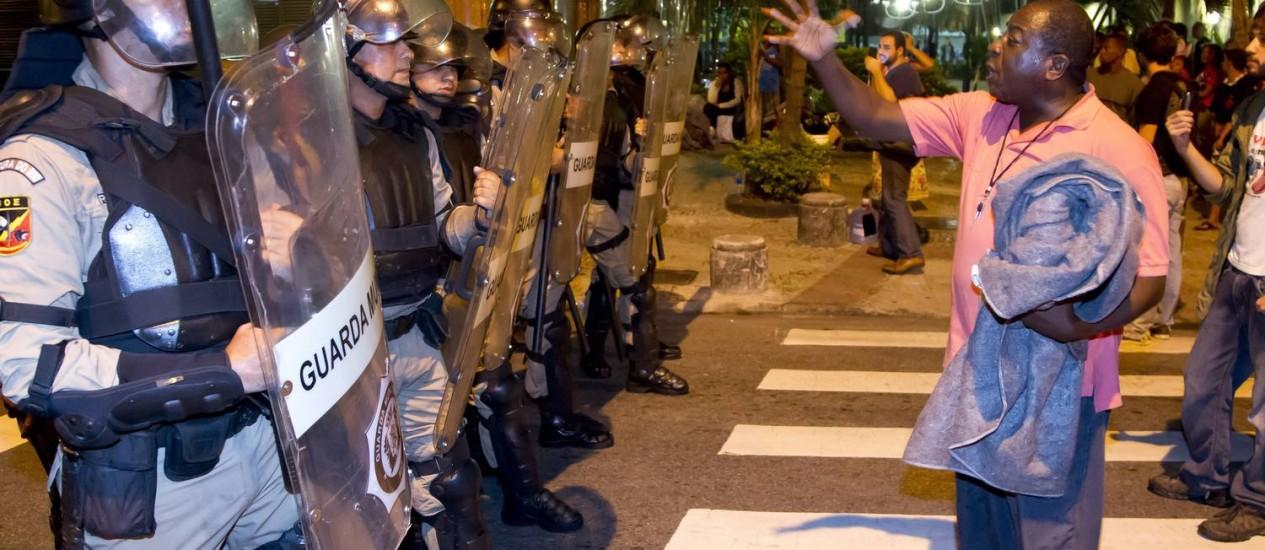 Com apoio do Batalhão de Choque, a Guarda Municipal retira da rua Afonso Cavalcanti parte do grupo de invasores da favela da Oi Foto: Fernando Quevedo /Agência O Globo