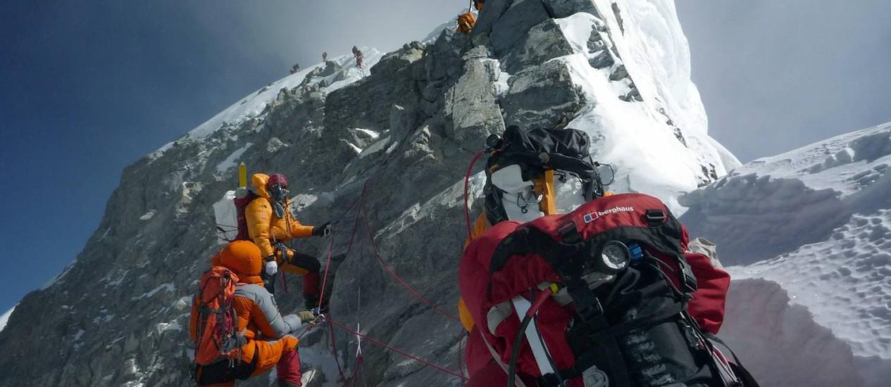 Em foto de 2009, montanhistas se aproximam do cume do Everest Foto: STR / AFP