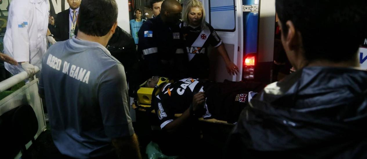 Éverton Costa no momento em que passou mal e foi levado para o hospital. Jogador permanece internado Foto: Rafael Moraes / Extra