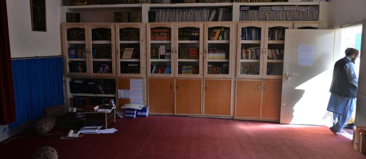 Estudante islâmico deixa a biblioteca homenageada com o nome do ex-líder da al-Qaeda Foto: AAMIR QURESHI / AFP