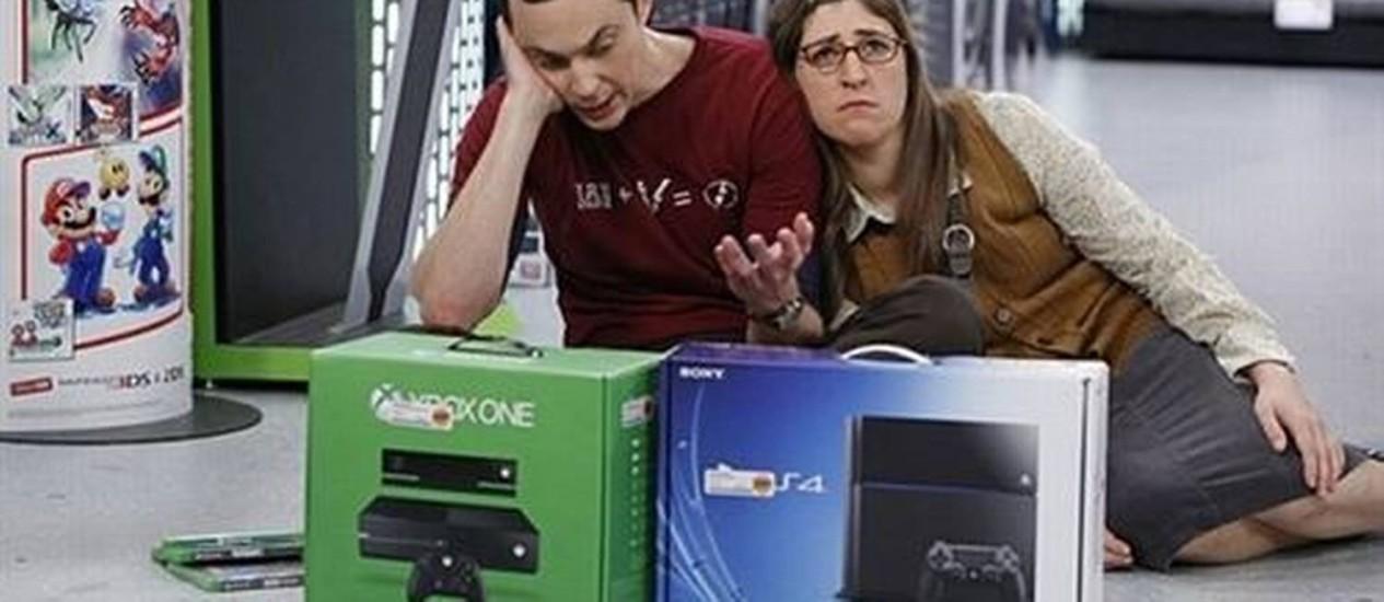 """Em episódio do seriado """"The Big Bang Theory"""", Shledon fica em dúvida sobre qual dos dois consoles comprar Foto: Reprodução"""