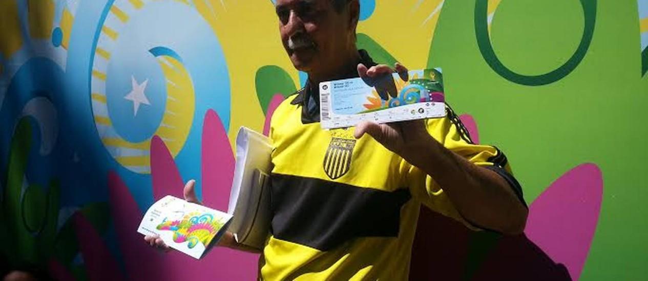 Foto: O bibliotecário Edilson Oliveira, de 62 anos, foi o primeiro a sair com ingressos do Ginásio do Ibi / Leonardo Guandeline/O Globo