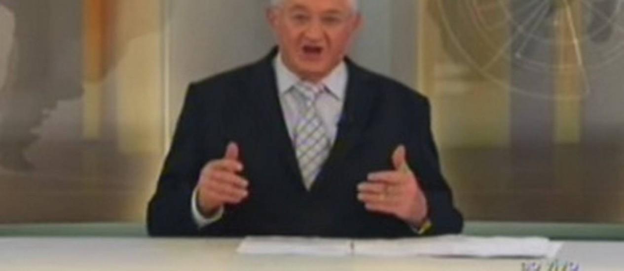 Boris Casoy finge problemas de áudio em telejornal Foto: Reprodução da internet