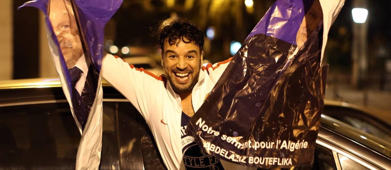 Apoiadores do presidente Bouteflika comemoram resultado das eleições Foto: PATRICK BAZ / AFP