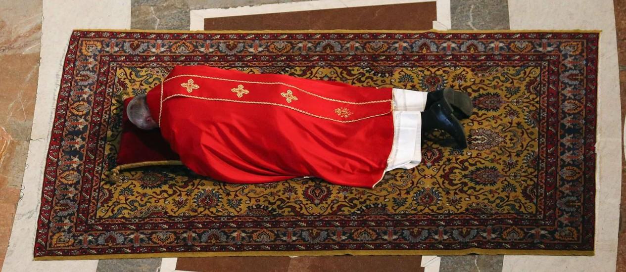 Papa Francisco reza no chão da Basílica de São Pedro: homilia de Sexta-feira Santa é um dos raros eventos no calendário anual do pontífice em que ele escuta a pregação de outro religioso Foto: STEFANO RELLANDINI / REUTERS