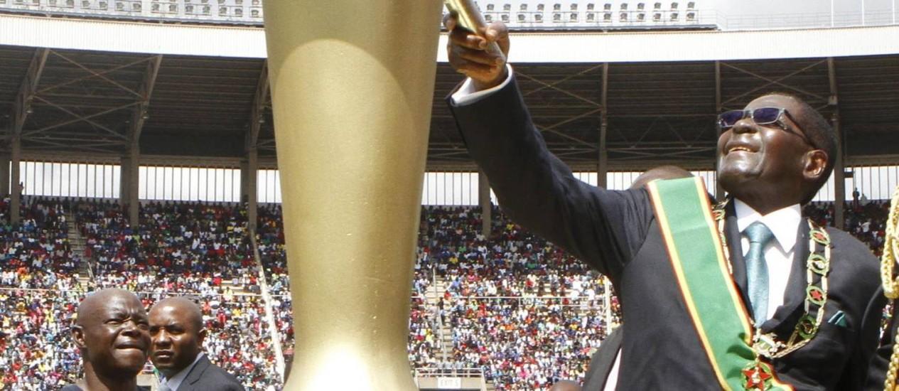Presidente em cerimônia de comemoração dos 34 anos da independência do país na capital Harare, na sexta-feira Foto: PHILIMON BULAWAYO / REUTERS