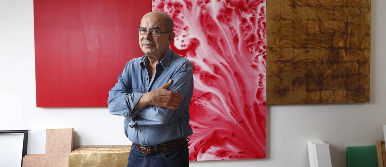 Novidade. Antonio Dias e uma das pinturas nas quais trabalha atualmente; a tinta aquarelada e a pincelada são inéditas na sua obra, e estão em telas na Fundação Iberê Camargo Foto: Camilla Maia
