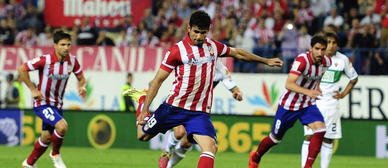 Diego Costa marca, de pênalti, o segundo gol do Atlético de Madrid na vitória sobre o Elche Foto: DANI POZO / AFP