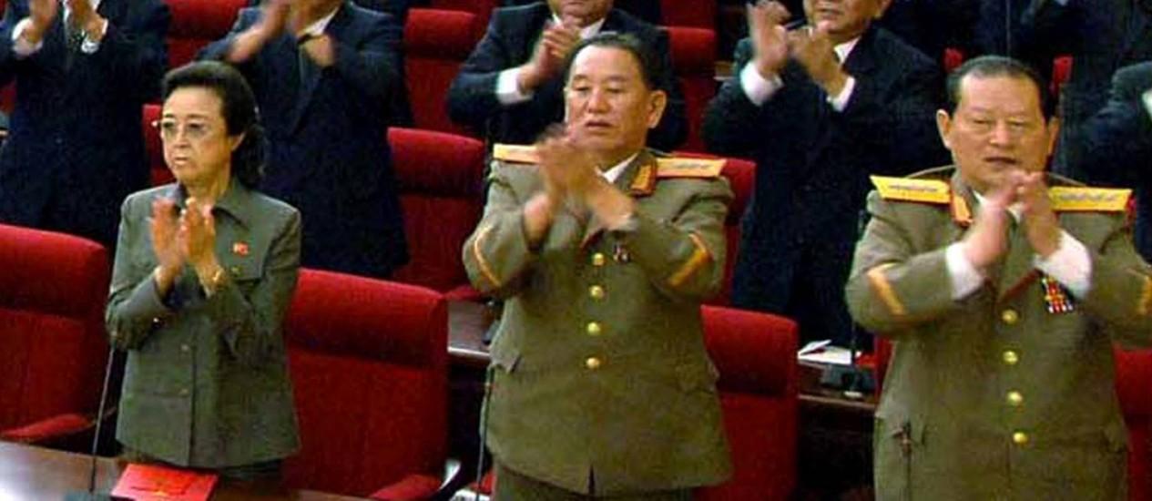 Tia de Kim Jong-un, irmã do falecido ditador e esposa de Jang Song-thaek, executado em dezembro de 2013, Kim Kyong-hui (esquerda) não tem mais aparecido em público Foto: KNS / AFP