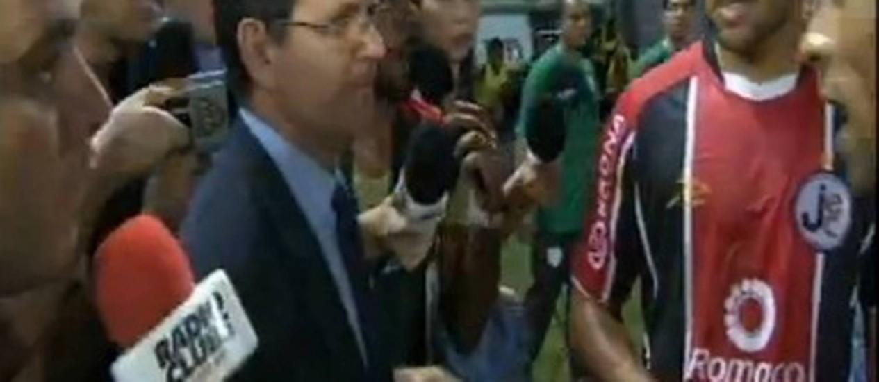 Delegado do jogo entra em campo para interromper o jogo entre Joinville e Portuguesa, acatando determinação judicial Foto: Reprodução/TV Globo