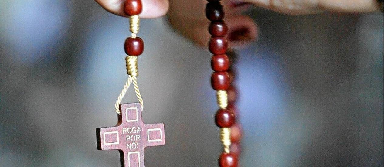 Só com oração. Pessoas autoconfiantes costumam rezar quando desiludidas, já os mais inseguros não se apoiam na fé Foto: Martin Bernetti / AFP