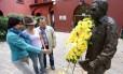 Em Bogotá, uma família observa busto do escritor colombiano