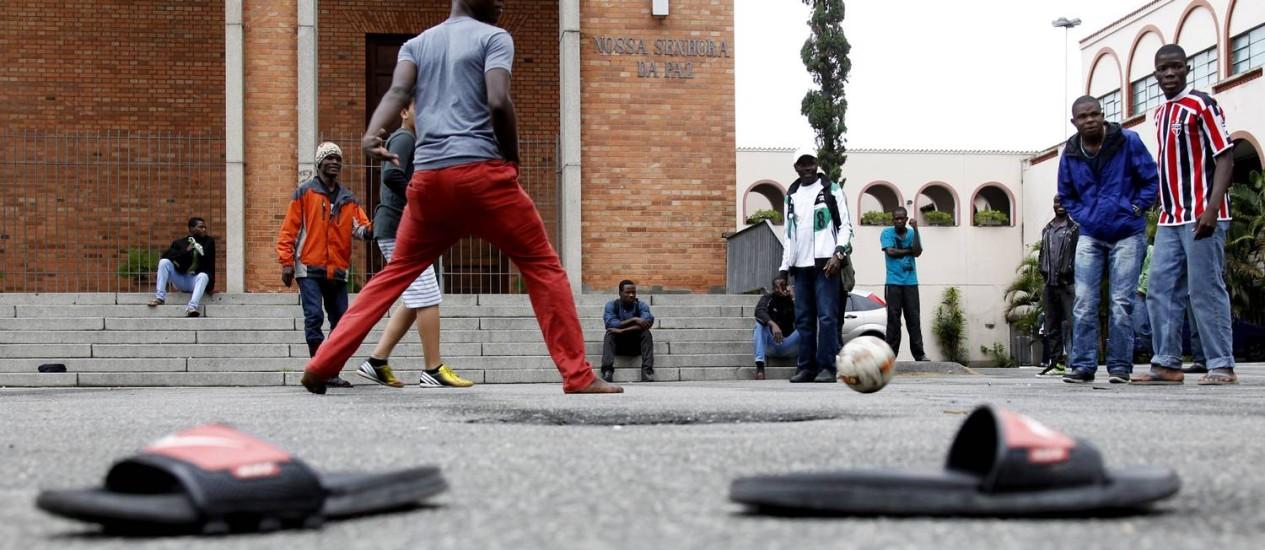 Haitianos jogam futebol em São Paulo Foto: O Globo / Fernando Donasci