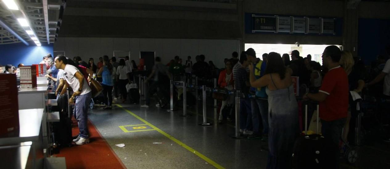 Apagão. Galeão fica sem luz Foto: Marcelo Carnaval / Agência O Globo
