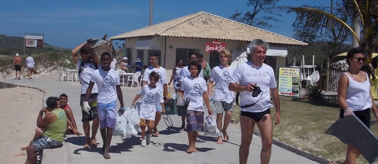 Na última campanha, voluntários da Brigada Jovem recorreram sacos de lixo deixado pelos banhistas na areia e na restinga Foto: Agência O Globo / Paulo Roberto Araújo