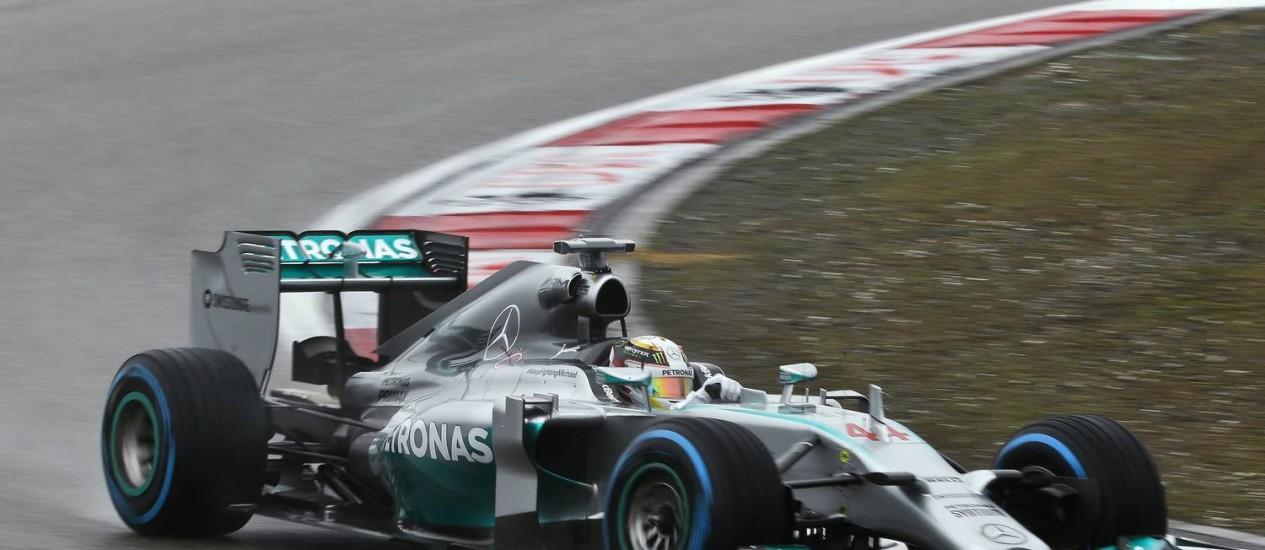 O piloto da Mercedes Lewis Hamilton of Britain controla seu carro na chuva para conquista a pole-position nos treinos de GP da China Foto: Alexander F. Yuan / AP