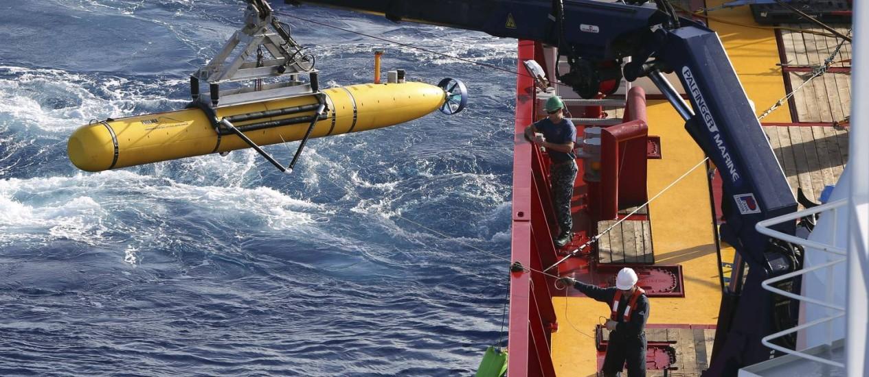 O minissubmarino não tripulado americano Bluefin-21 é baixado na água por um navio da Marinha da Austrália nas operações de busca pelo Boeing 777 da Maylisia Airlines desaparecido no Oceano Índico desde o início de março Foto: REUTERS