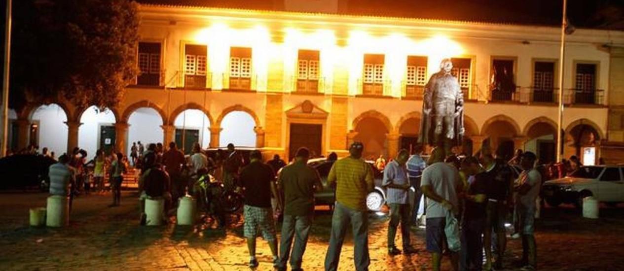 Policiais se reuniram na Praça Municipal, em Salvador, para decidir se a greve continua ou não Foto: Edilson Lima/A Tarde