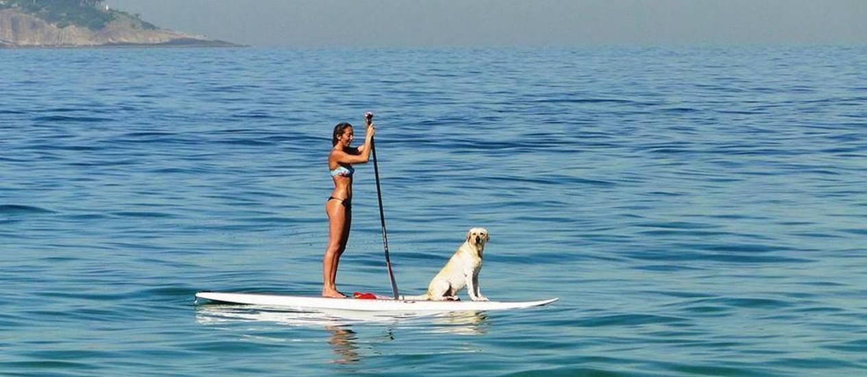 Ciça e Polo dividem a prancha de stand-up paddle há um ano Foto: /Reprodução