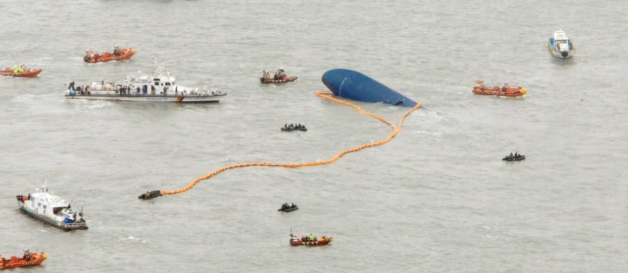 Equipes de resgate trabalham em torno do navio naufragado: recuperação vai levar pelo menos cerca de dois meses Foto: AFP