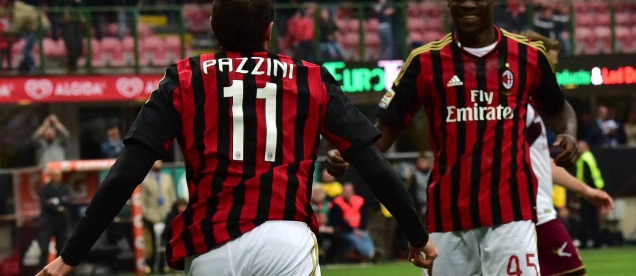 Pazzini comemora com Balotelli o terceiro gol do Milan na partida Foto: Giuseppe Cacace / AFP
