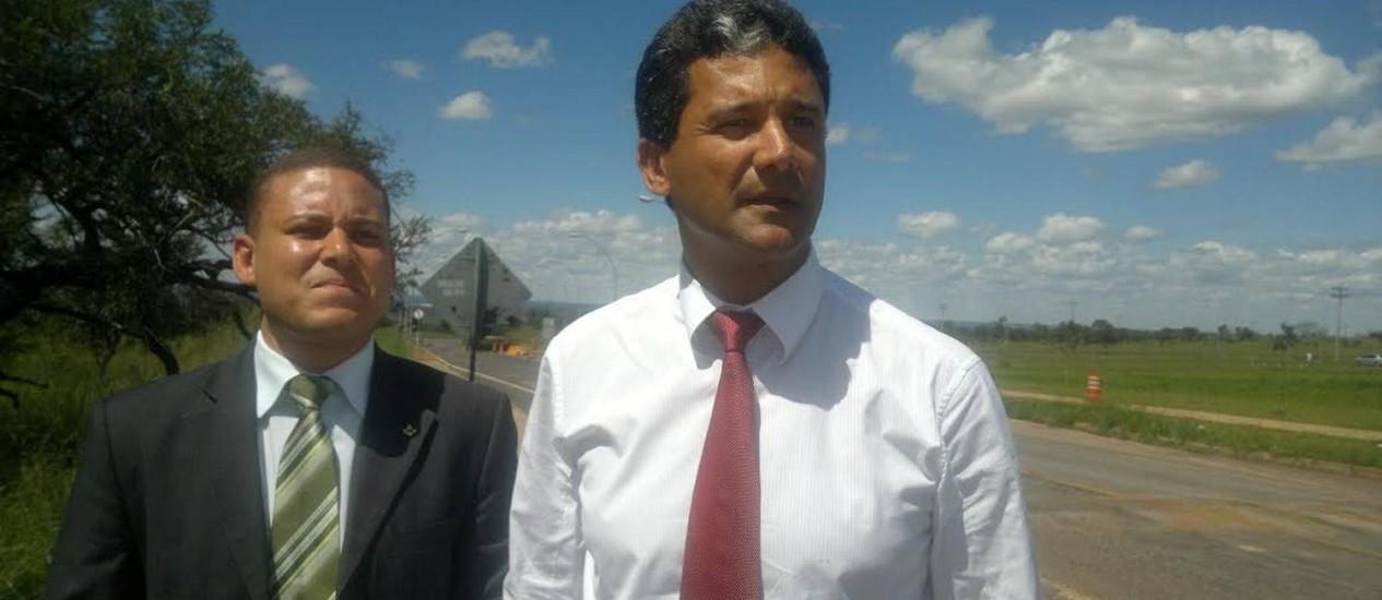 Os advogados Vivaldo Amaral (sem paletó) e Dinoermeson Nascimento ao saírem da Papuda depois de visitarem o vereador baiano preso Foto: Evandro Éboli/O Globo