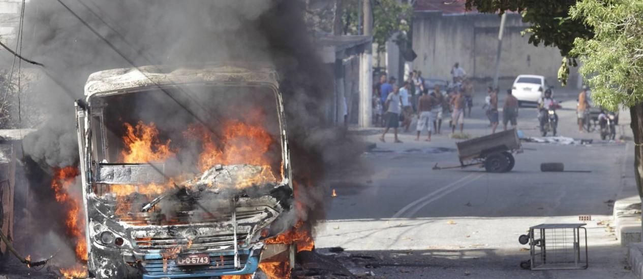 Protesto. Moradores queimam ônibus em Niterói Foto: Fábio Guimarães / Agência O Globo