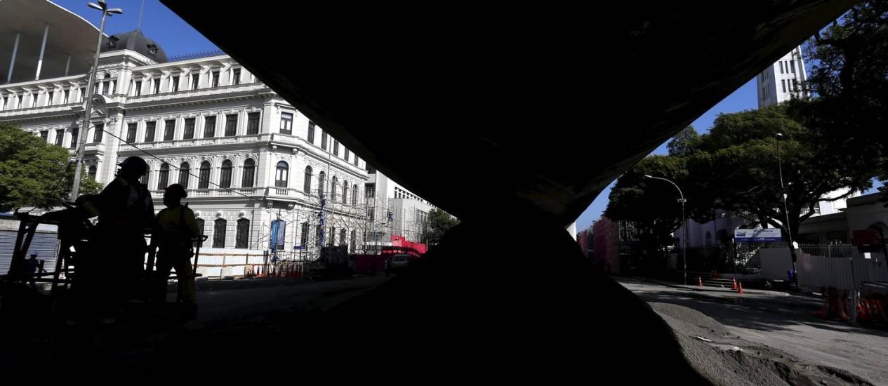 A retirada de entulho deve durar cerca de 30 dias Foto: Custódio Coimbra / Agência O Globo
