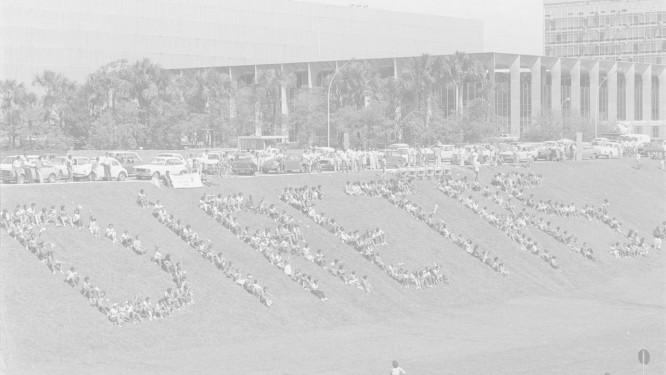 No Gramado do Congresso Nacional, jovens escrevem Diretas com o próprio corpo: o movimento ganhou as ruas e virou frustração há 30 anos Foto: Luiz Antônio