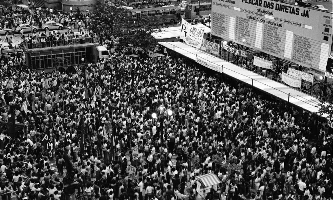 Três décadas atrás. No Centro do Rio, população acompanha votação da emenda Dante de Oliveira que foi rejeitada Foto: Alcyr Cavalcanti
