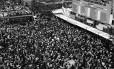 Três décadas atrás. No Centro do Rio, população acompanha votação da emenda Dante de Oliveira que foi rejeitada