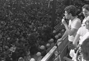Chico Buarque e Fernando Henrique Carsdoso no comício das 'Diretas Já' na Praça da Sé Foto: Antônio Carlos Piccino - 25.01.1984