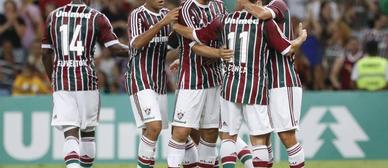 Jogadores do Fluminense comemoram um dos gols da vitória sobre o Figueirense por 3 a 0, diante de 35 mil torcedores no Maracana Foto: Ivo Gonzalez / Agência O Globo