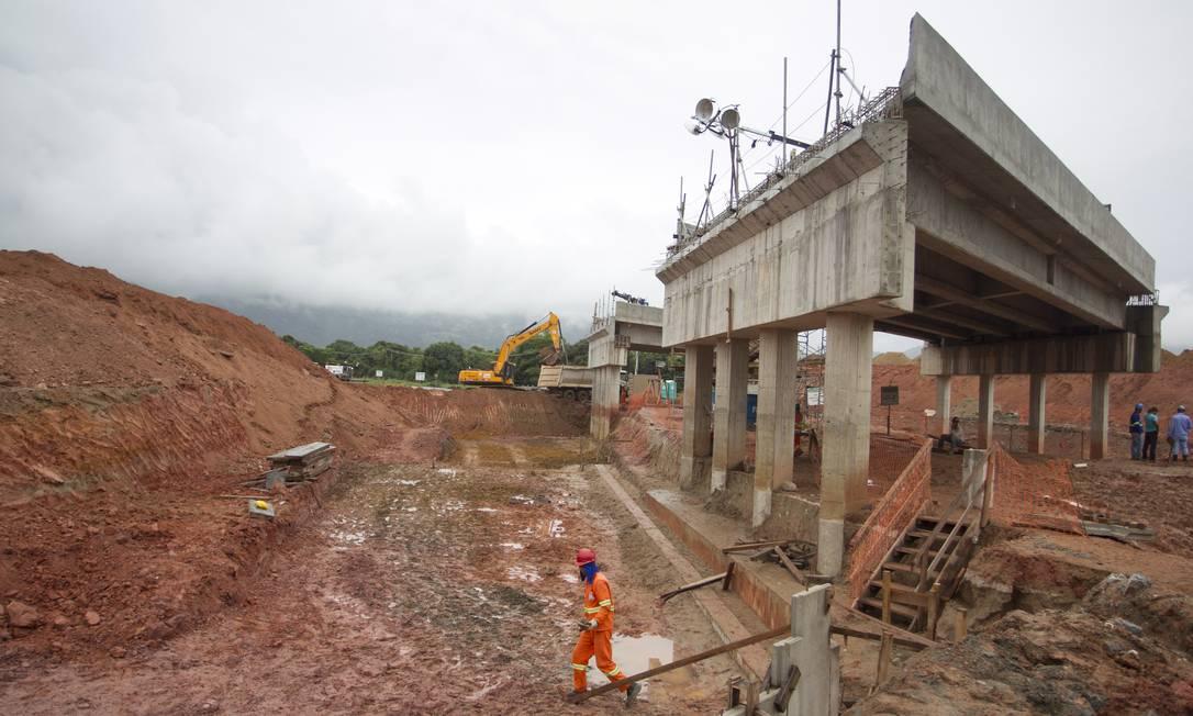 Operários trabalham na construção de um viaduto do Arco Metropolitano, em Itaguaí, cujas obras correm contra o tempo para a inauguração em maio. Segundo o estado, 95% do trecho sob sua responsabilidade já estão prontos Foto: Agência O Globo