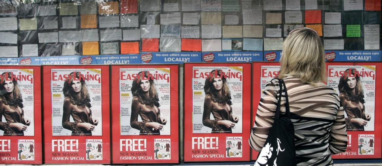 Oportunidade. Mulher observa anúncios de emprego para estrangeiros em Londres Foto: Michael Crabtree/Bloomberg