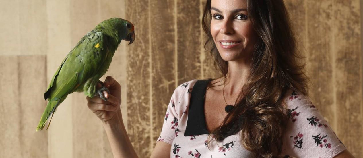 Sem afetação. Chris Pitanguy, a toda-poderosa consultora do mercado de luxo, em momento relax ao lado de Jack, seu papagaio Foto: Agência O Globo