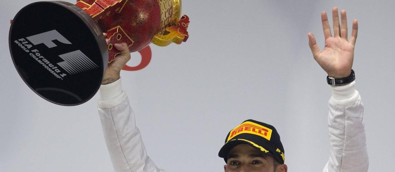 Festa. Lewis Hamilton, da Mercedes, comemora no pódio em Xangai, sua vitória no GP da China, a 25ª em sua carreira Foto: Andy Wong/AP