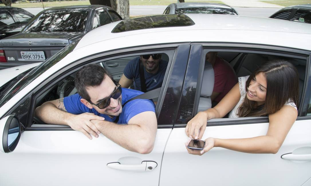 Cabe mais um? Ao volante, Yuri Faber, criador do Zaznu: pagamento é voluntário, ele diz, mas taxistas ameaçam ir à Justiça Foto: Leo Martins / O Globo
