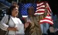 Teste final. Homem e mulher posam próximos à bandeira dos EUA em cerimônia de naturalização em Los Angeles: estrangeiros que obtêm green card ainda precisam passar por exame com perguntas sobre História do país