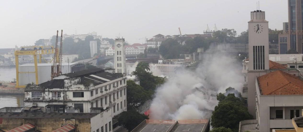 Trecho foi implodido para acelerar obra Foto: Custódio Coimbra / O Globo