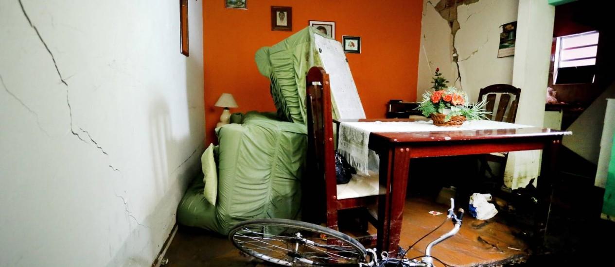 Destruição. Casa em vila na Avenida Dom Hélder Câmara apresenta rachaduras aós rompimeno de adutora da Cedae Foto: Ivo Gonzalez / Agência O Globo